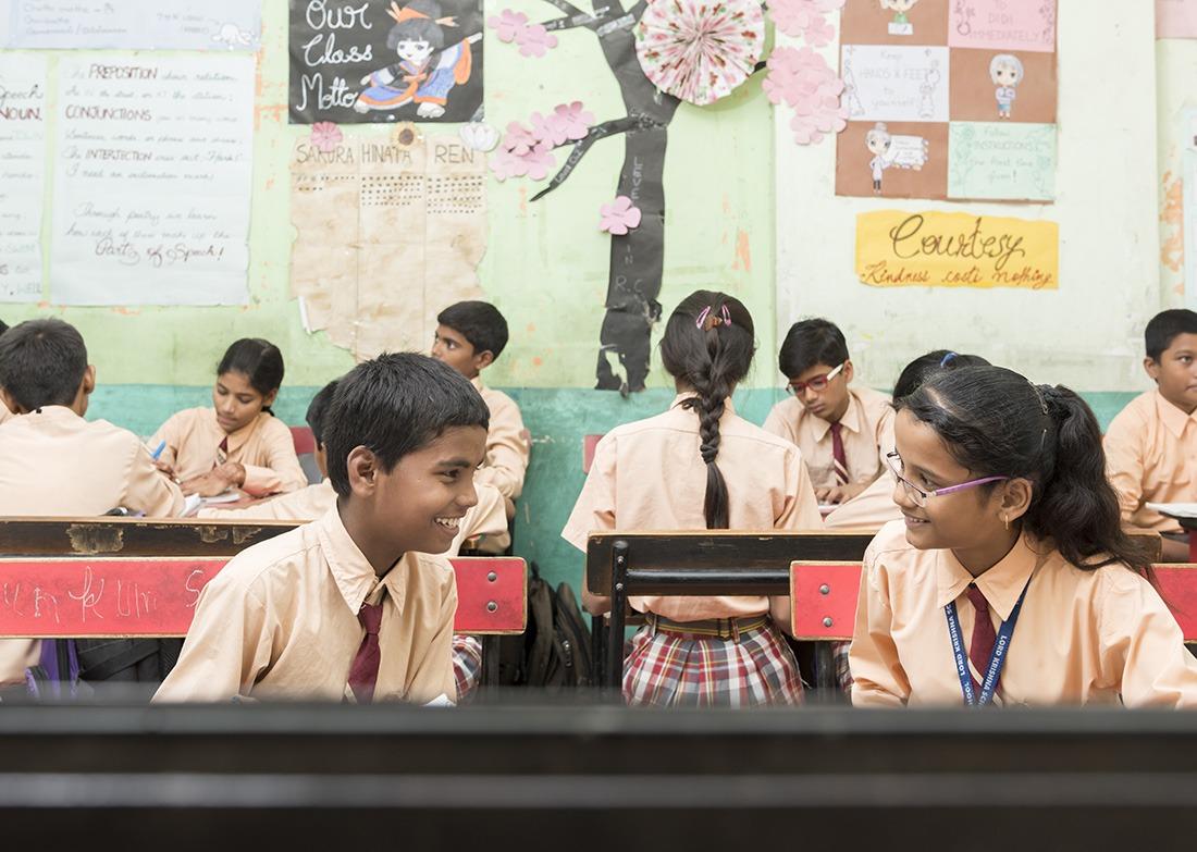Leerlingen die interactie hebben met elkaar in het Indiase schoolsysteem en samen hun huiswerk doen