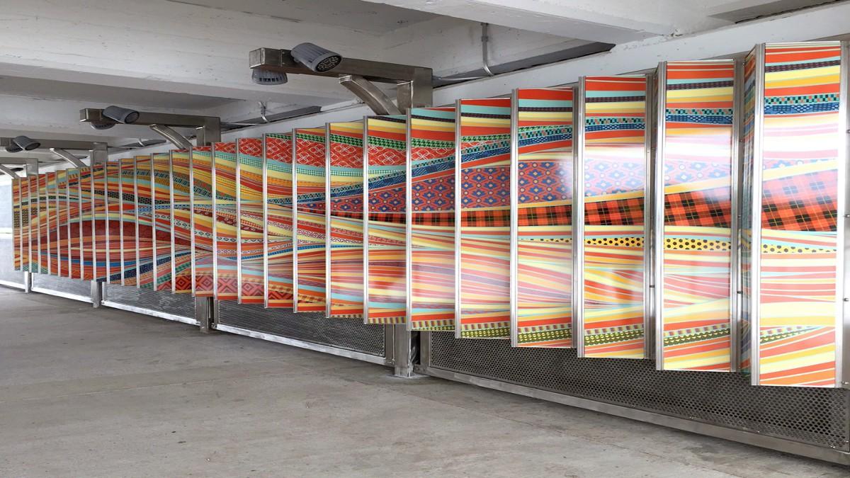 坦帕河滨步道上以彩色面板构成的流动设计