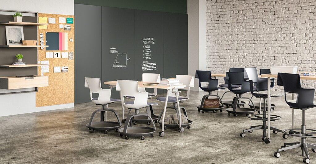 学校环境中的一组书桌,超大磁性白板墙上写有字迹